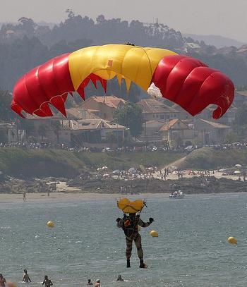 salto paracaidas acantilado base