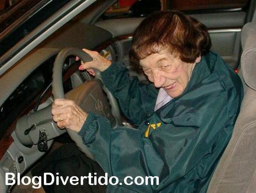 abuela conductora al volante