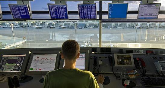 controlador aereo en torre control