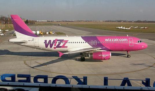 Avion wizzair en aeropuerto Strachowice