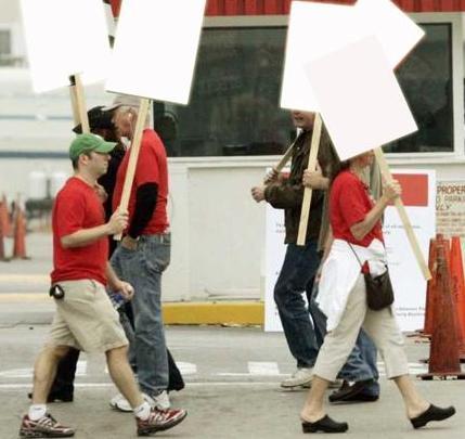 huelga sindicatos con pancartas mudas