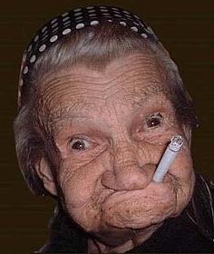 anciana fumando geriatrico