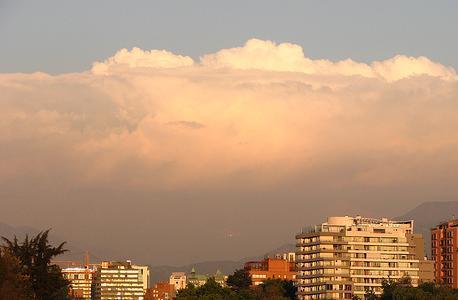 cielo casi cubierto nubosidad dispersa