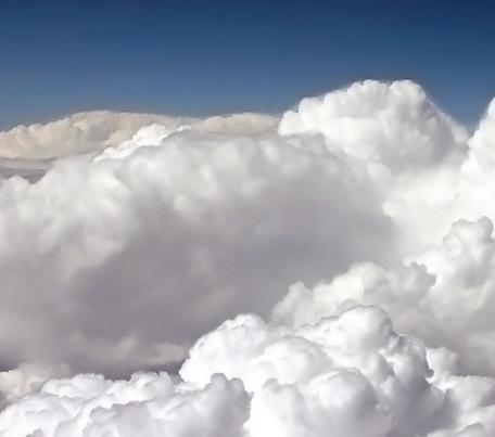 en las nubes de la pluma afilada