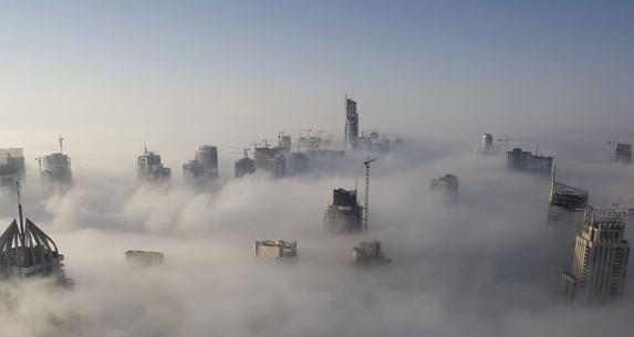 niebla espesa enterrando ciudad