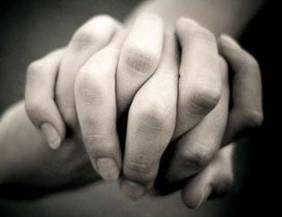 manos entrelazadas por amor