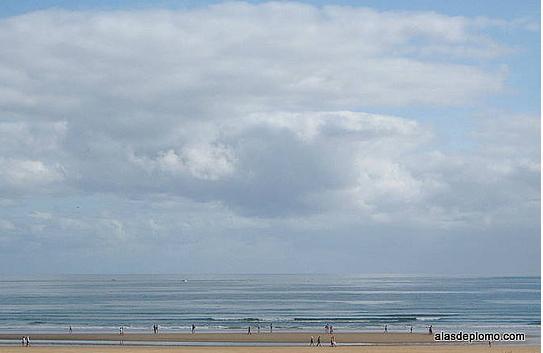claros y nubes en la playa de laredo