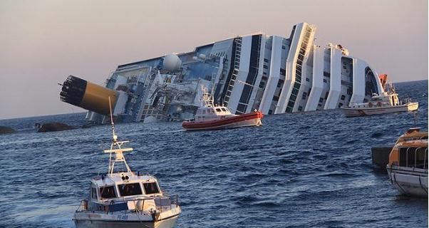 el crucero costa concordia escorado y medio hundido