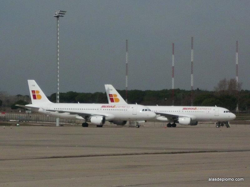 aviones de iberia express junto al hangar